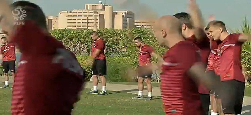 Michał Masłowski (z tyłu) na rozruchu w Abu Dhabi