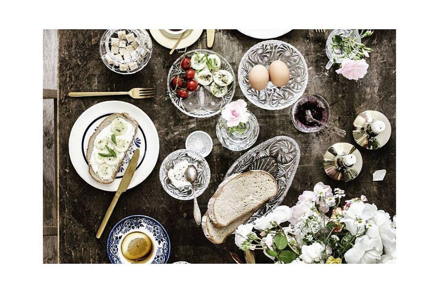 Miski i tace z Huty Szkła Kryształowego Julia, o tradycyjnych szlifach, tworzą piękne tęcze i refleksy, kiedy pada na nie światło