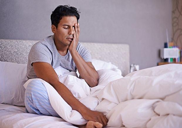 Klasterowy ból głowy objawia się przede wszystkim jednostronnym bólem głowy i twarzy