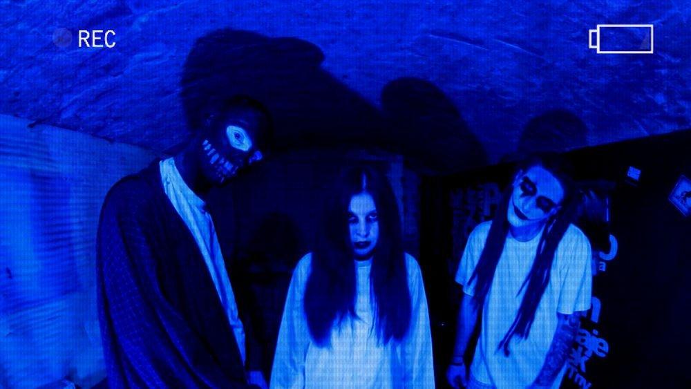 Od lewej: DiNO, aktorka i Kleszcz. Kadr z klipu do utworu