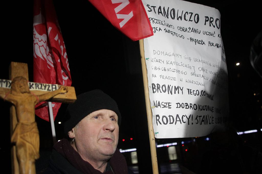 Protest pod Teatrem Powszechnym w związku z wystawieniem sztuki 'Klątwa' (fot. Przemek Wierzchowski / Agencja Gazeta)