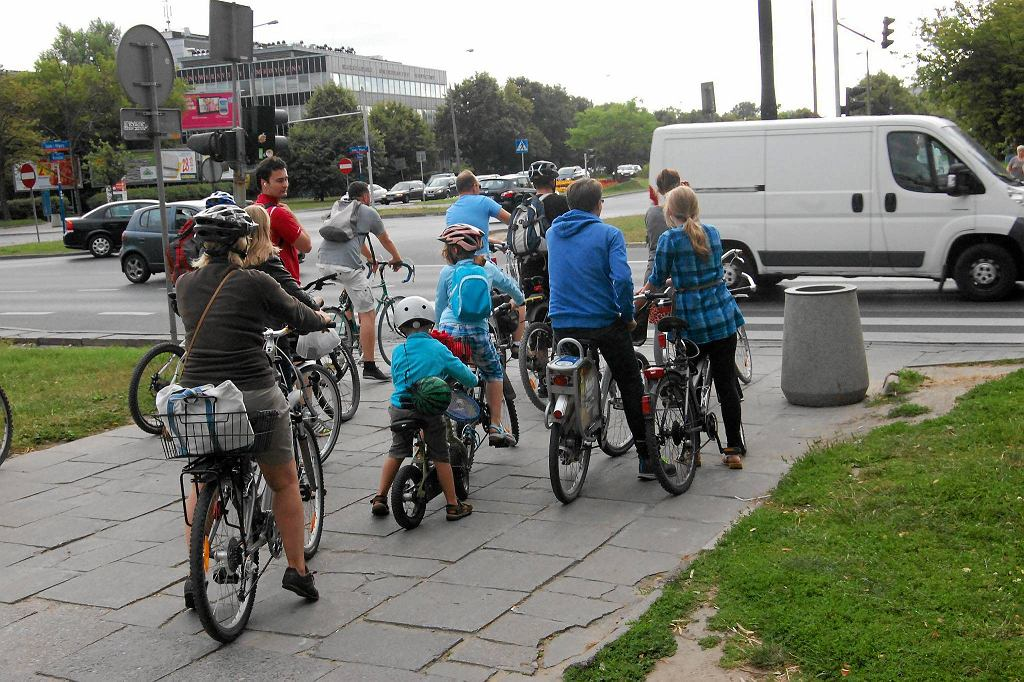 Skrzyżowanie al. Żwirki i Wigury z Banacha. Grupa rowerzystów będzie tu mogła wreszcie legalnie przejeżdżać - po zwężeniu zebry można tu będzie wytyczyć przejazd rowerowy