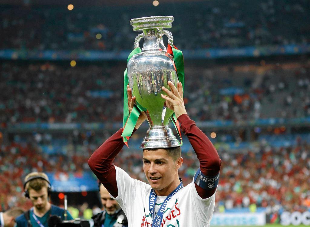 Cristiano Ronaldo z pucharem... na głowie. Dobrze, że go nie zepsuł jak niegdyś jego klubowy kolega Sergio Ramos