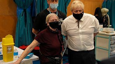 Boris Johnson bierze udział w akcji promującej szczepienia