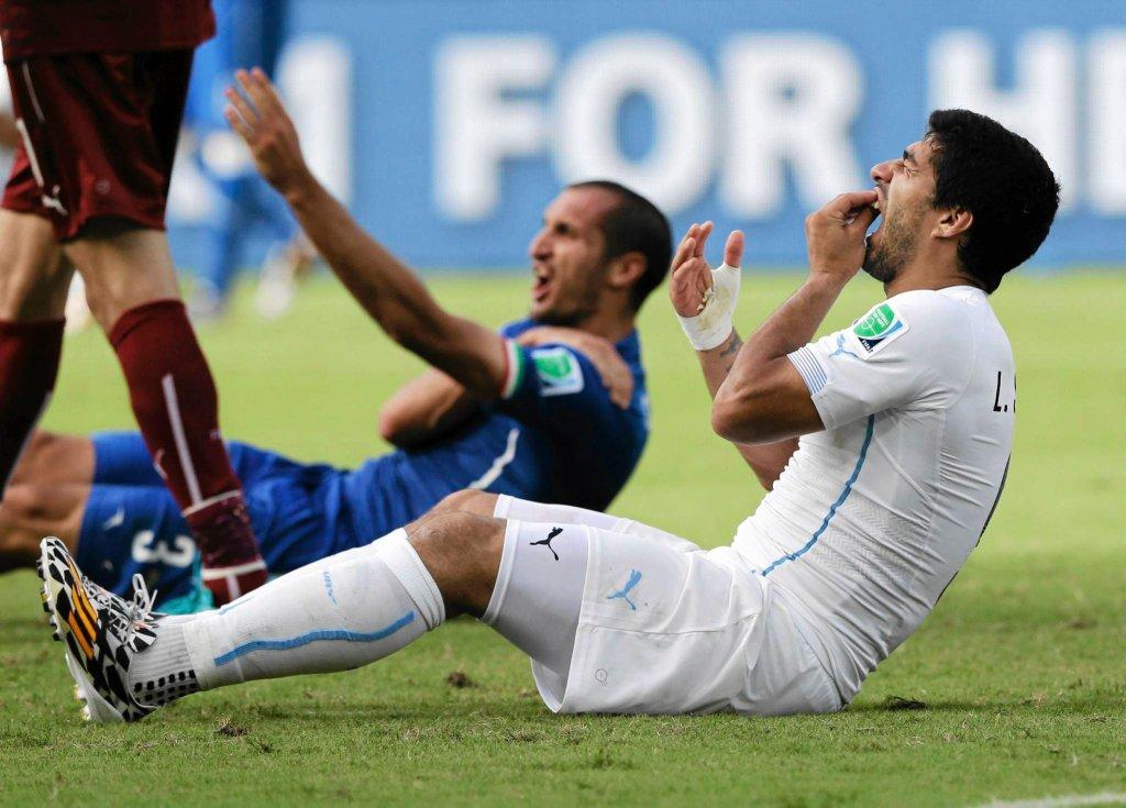 Gryzoń Luis Suarez (z prawej) i pokąsany Giorgio Chiellini podczas meczu Włochy - Urugwaj na Arena das Dunas w Natal