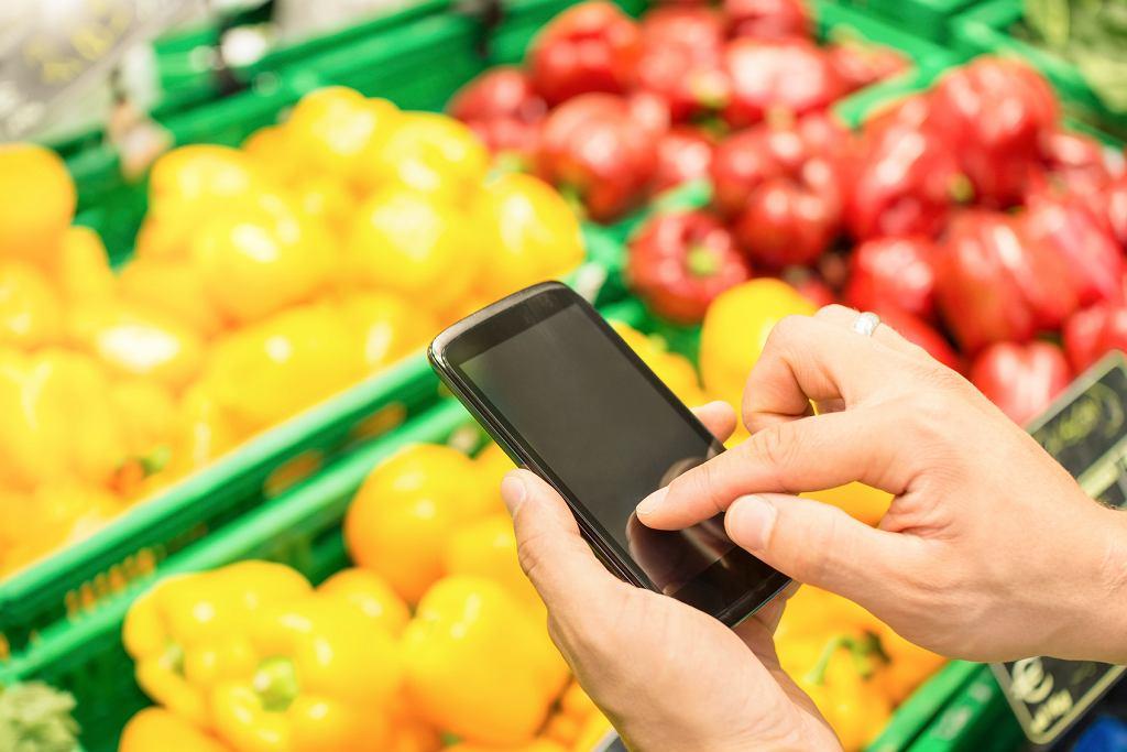 Lista zakupów robionych przez internet rozszerza się o codzienne produkty spożywcze (istockphoto.com / VIEWAPART)