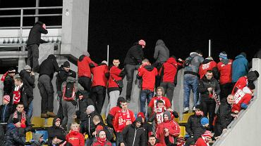 Kibice Zawiszy opuszczają stadion podczas meczu z Widzewem