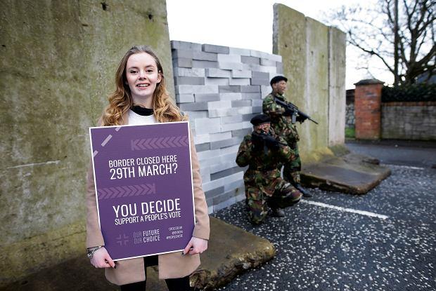 Performance na granicy Irlandii i Irlandii Płn. w Newry w styczniu tego roku. Aktywiści i zwykli ludzie wywierają nacisk na polityków, by za wszelką cenę uniknąć powrotu kontroli na granicy