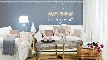 Białe meble i ściany w szaro-niebieskim odcieniu