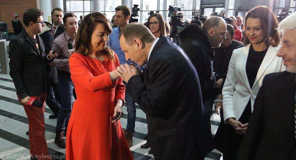 Danuta Holecka i Jacek Kurski w hallu TVP