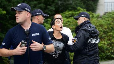 18.07.2018 Warszawa - Sejm, ul. Wiejska. Aktywistka Strajku Kobiet Klementyna Suchanow skuta przez policjantów podczas wiecu