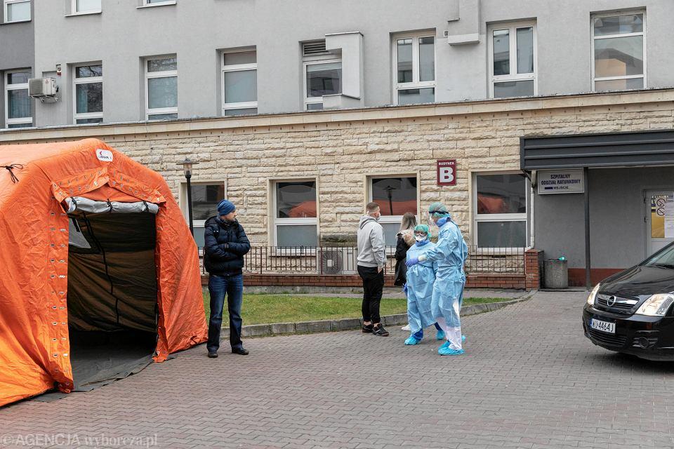 Koronawirus. Szpital MSWiA. Namioty przed szpitalem.