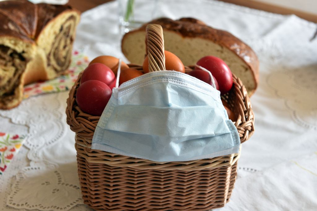 8Wooden,Basket,Of,Easter,Eggs,With,A,Protective,Face,Mask