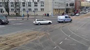 Policjanci drogówki eskortowali świeżo upieczonych rodziców do szpitala.