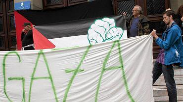 Protestujący przeciwko przemocy w strefie Gazy przed meczem Maribor - Maccabi Tel Aviv w eliminacjach LM