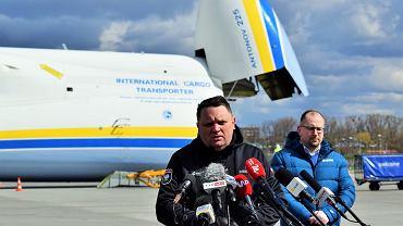 Pandemia koronawirusa. Prezes KGHM Marcin Chludziński na tle największego na świecie samolotu transportowego Antonow An-225 (i ładunku bezużytecznych maseczek zakupionych przez KGHM w Chinach) Warszawa, Okęcie, 14 kwietnia 2020