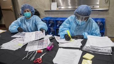 W Nowym Jorku odnotowano dotąd ponad 15 100 potwierdzonych zgonów z powodu COVID-19. Niezależnie od tego wirus był prawdopodobną przyczyną śmierci kolejnych 5 136 osób