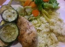 Kurczak z pieczoną cukinią, kaszą jaglaną i gotowanymi warzywami - ugotuj