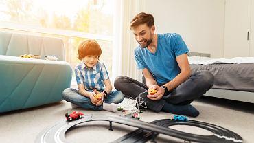 Pomysłem na spędzenie Dnia Dziecka w dobie koronawirusa, może być wspólna zabawa. Zdjęcie ilustracyjne, VGstockstudio/shutterstock.com