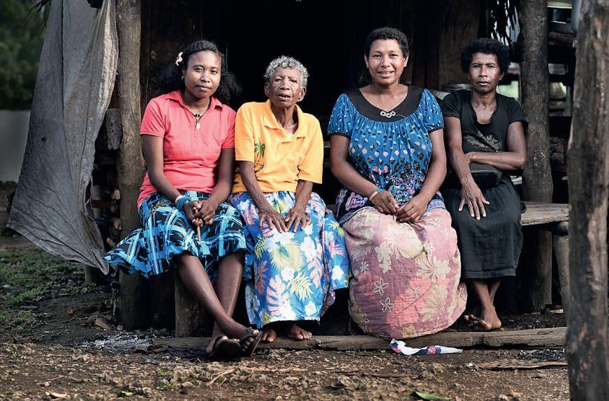 Trobriandy. Wieś Tukwa'ukwa. Bomsedoga Rosa z córką i wnuczkami.