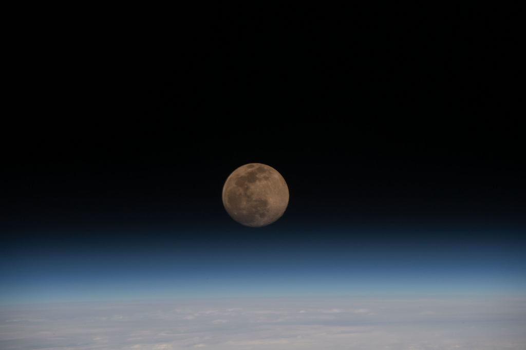 'Superksiężyc' ponad krzywizną Ziemi