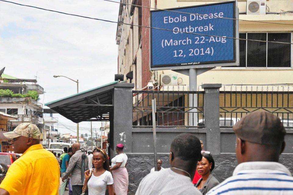 Ulice Monrowii. Na elektronicznej tablicy ważne informacje o wirusie.