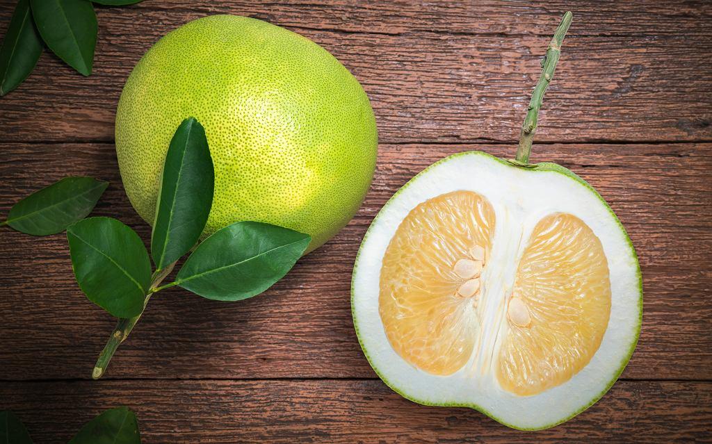 Pomelo zawiera bardzo dużo witamin. Zdjęcie ilustracyjne, RUKSUTAKARN studio/shutterstock.com