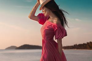 Co założyć do malinowej sukienki? Zobacz przykładowe modele i piękne dodatki
