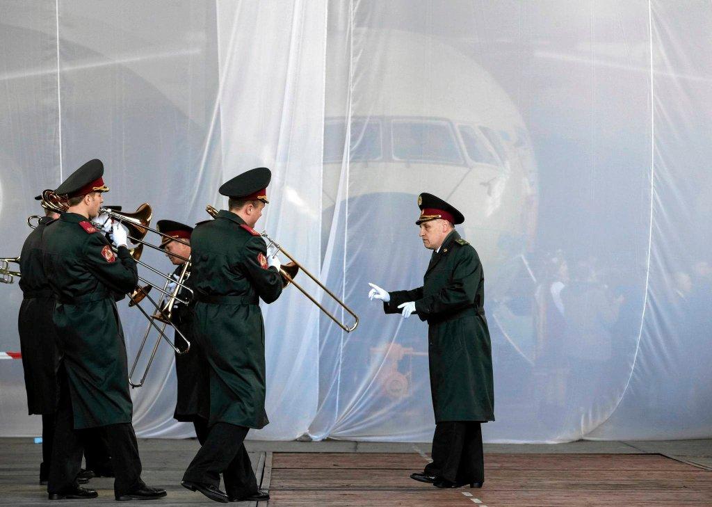 Uroczysta prezentacja samolotu An-178 podczas ceremonii w kijowskich zakładach Antonowa. Maszyna może zabrać na pokład ponad 18 ton towarów, a jej prędkość przelotowa wynosi 800 km/h
