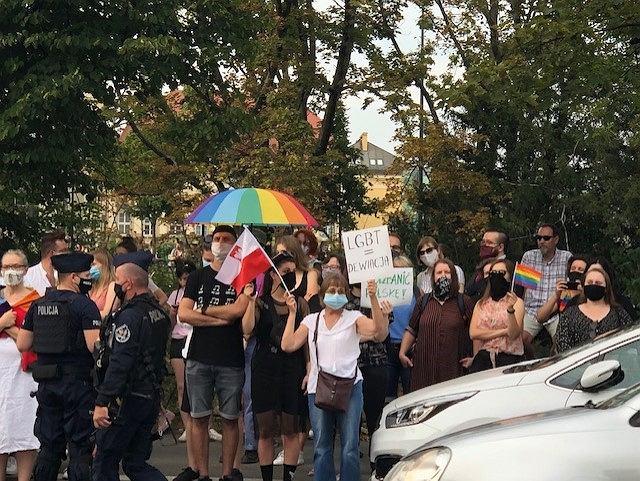 LGBT. Demonstranci  zaczęli przygotowywać  się na  ewentualne starcie z policją.