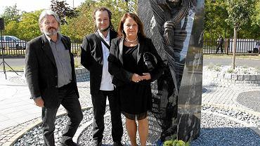 Bogumil Burzynski, Wojciech Kukuczka, Celina Kukuczka podczas uroczystości odsloniecia pomnika Jerzego Kukuczki przy katowickiej AWF.