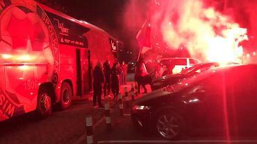 Kibice Wisły Kraków powitali zawodników po przegranym meczu z Arką Gdynia