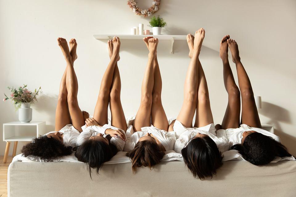 Kobiety pokazują swoje nogi