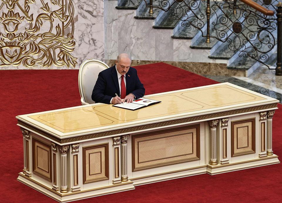 Aleksander Łukaszenka podpisuje własną inaugurację, przeprowadzoną na poły potajemnie w Pałacu Niepodległości w Miśńku 23 września