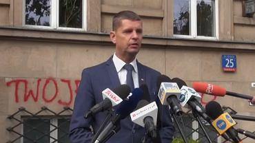 Dariusz Piontkowski podczas konferencji dot. napisów na gmachu MEN