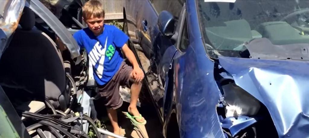Mały chłopiec podniósł auto, które przycisnęło jego tatę