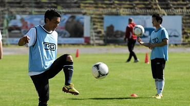 Hideaki Takeda podczas treningu Stomilu. Ma 28 lat i występuje na boisku w roli napastnika. Piłkarskie szlify zbierał już w takich drużynach jak Ryutsu Keizai University Kashiwa High School, Fagiano Okayama, Matsumoto Yamaga, FB Gulbene 2005 i JK Nomme Kalju.