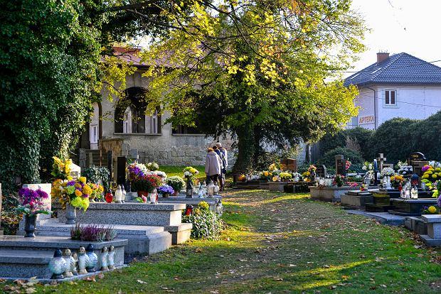 Zdjęcie numer 16 w galerii - 1 listopada w Bielsku-Białej. Kwiaty, wieńce i znicze na grobach [ZDJĘCIA]