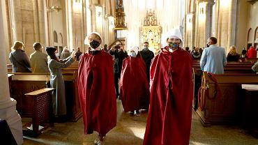 25.10.2020, Łódź. Czwarty dzień protestów przeciw wyrokowi TK ws. aborcji. 'Podręczne' w łódzkiej katedrze. 'Podręczne' przy łódzkiej katedrze