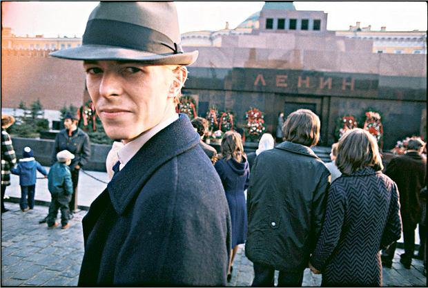 David Bowie, ikona popkultury, na placu Czerwonym, przed Mauzoleum Lenina - ikony komunizmu. Miną trzy lata i muzyk w towarzystwie innej gwiazdy, Iggy'ego Popa, wróci do Moskwy. Podczas kontroli granicznej strażnicy odnajdą w jego bagażu faszystowską literaturę, która przysporzy mu mnóstwa kłopotów.