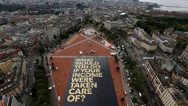 Wielki napis na placu w Genewie zachęca do referendum