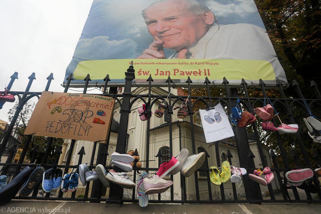'Stop pedofilii w kościele' ('Baby Shoes Remember') - pikieta przeciw kryciu pedofilów w sutannach. Kraków, kościół Św. Floriana, 26 sierpnia 2018