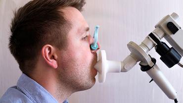 Badanie spirometryczne to rodzaj pomiaru medycznego, mającego na celu ocenę pojemności płuc oraz prawidłowości przepływu powietrza w płucach i oskrzelach
