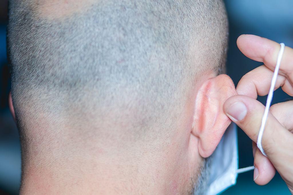 Podrażnienia za uszami to nie tyle kwestia maseczek, co sposobu ich mocowania.
