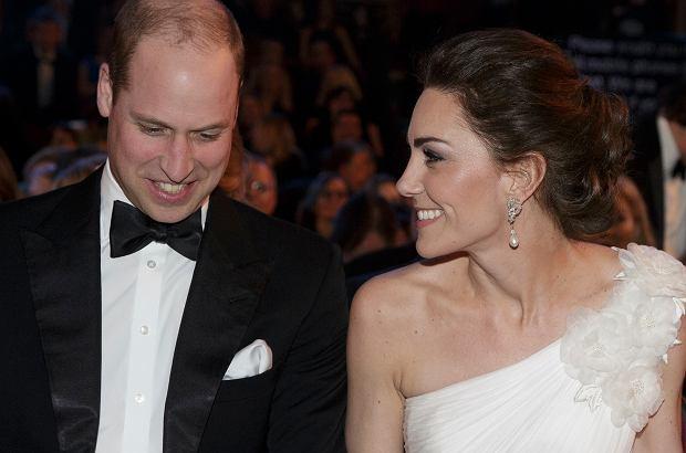 Zdjęcie numer 1 w galerii - Olśniewająca księżna Kate u boku męża na gali BAFTA 2019. W przepięknej, białej kreacji przyćmiła największe gwiazdy