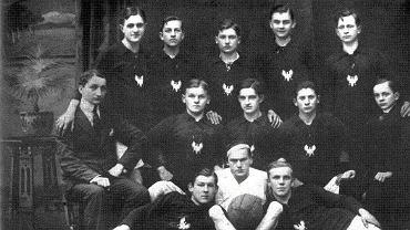 1917 rok, Ostrovia, ubrana w słynne czerwone koszulki z wyhaftowanymi białymi orłami, rywalizowała z drużynami niemieckimi. Stoją od lewej: Sikorski, B. Dolata, M. Kwietniewski, Jarczewski, W. Pszeniczny. Siedzą od lewej: Wacław Orłowski (prezes), S. Kościelak, P. Lipiński, W. Kwietniewski, W. Bielawski (sekretarz). Leżą od lewej: St. Plewa, J. Smułka i R. Juszczak