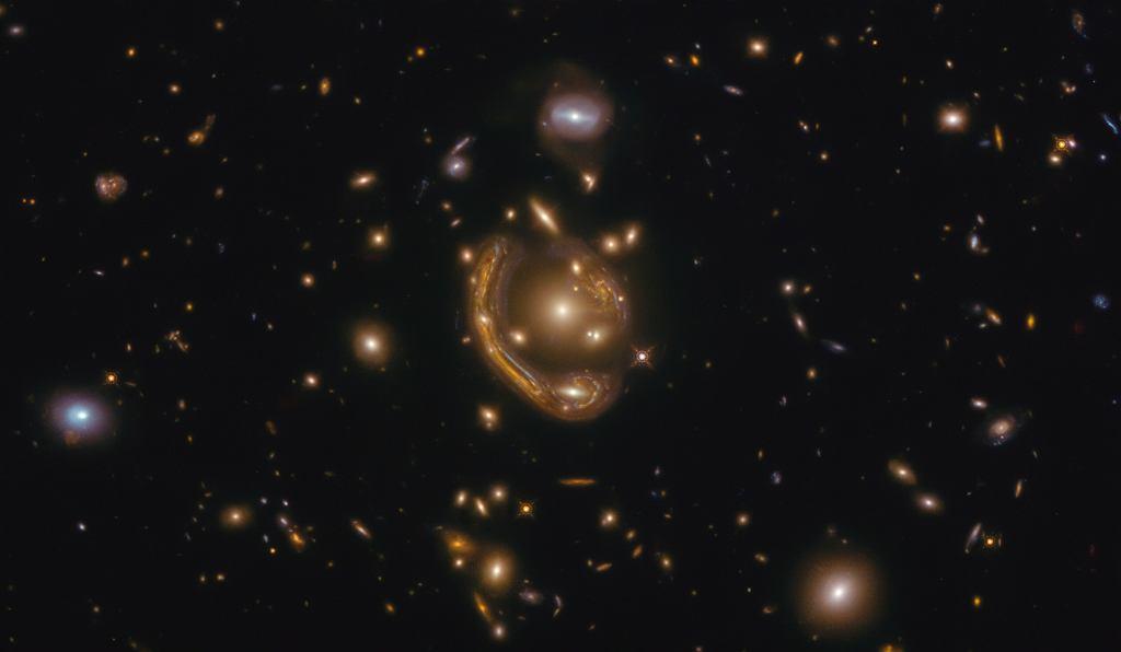 Zniekształcone światło z gromady galaktyk GAL-CLUS-022058s
