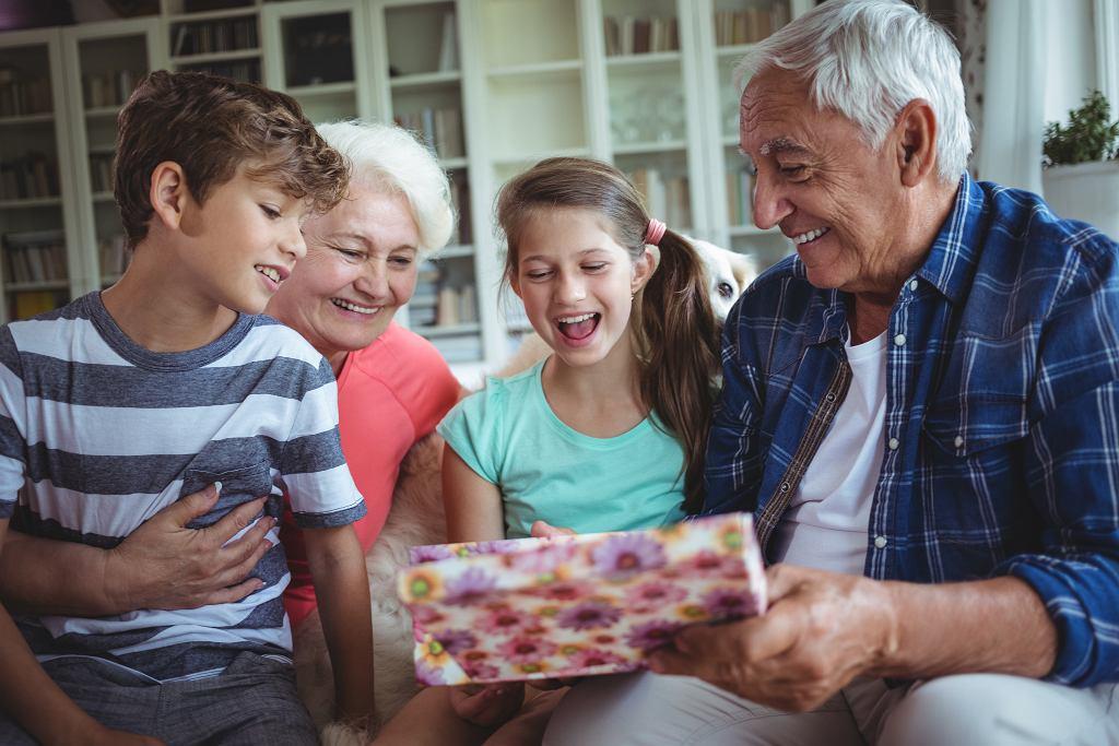 Co podarować babci i dziadkowi z okazji ich święta? Najpiękniejszy prezent na Dzień Babci i Dzień Dziadka to ten od serca