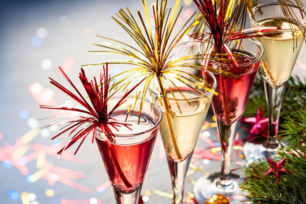 Przepisy na kolorowe sylwestrowe drinki wcale nie muszą być trudne. Zdjęcie ilustracyjne