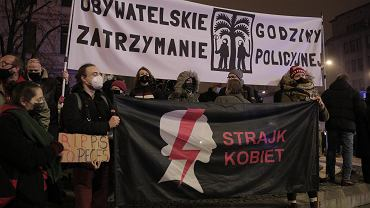 Manifestacja przeciwko godzinie policyjnej w Warszawie